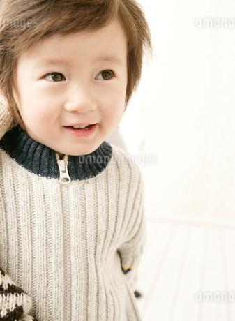 セーターを着た男の子の写真素材 [FYI01886074]