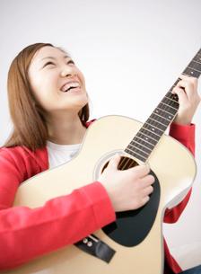 ギターを弾く日本人女性の写真素材 [FYI01886084]