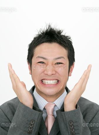 手をあげておどけるビジネスマンの写真素材 [FYI01886142]