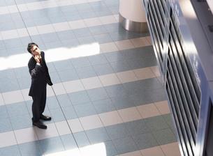 携帯電話をかけるビジネスマンの写真素材 [FYI01886238]