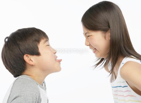 喧嘩をする男の子と女の子の写真素材 [FYI01886264]