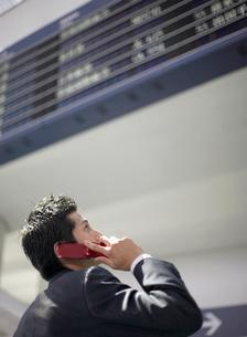 携帯電話で通話するビジネスマンの写真素材 [FYI01886303]