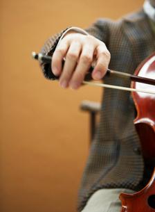 チェロを弾く手元の写真素材 [FYI01886352]