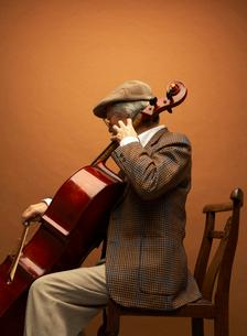 チェロを弾く男性の写真素材 [FYI01886389]