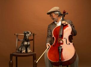 チェロを弾く男性とミニチュアシュナウザーの写真素材 [FYI01886440]