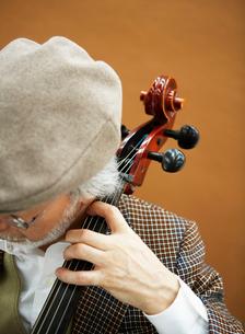チェロを弾く男性の写真素材 [FYI01886444]