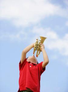 トランペットを吹く男の子の写真素材 [FYI01886698]