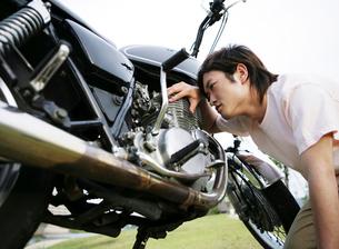 バイクを点検する男性の写真素材 [FYI01886732]