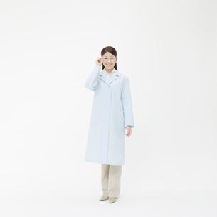 白衣を着た女性の写真素材 [FYI01886821]