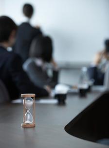 机の上の砂時計の写真素材 [FYI01886861]