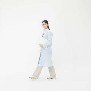 白衣を着た女性の写真素材 [FYI01887179]