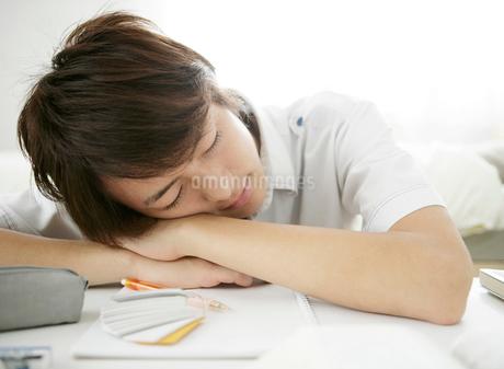 居眠りする男性の写真素材 [FYI01888061]