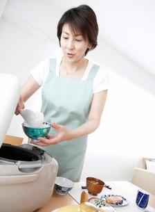 茶碗にご飯をよそう女性の写真素材 [FYI01888149]