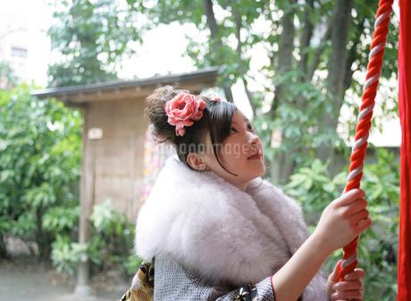 神社にお参りをする振袖姿の女性の写真素材 [FYI01888435]