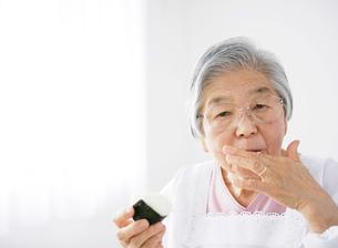 おにぎりを持ったおばあちゃんの写真素材 [FYI01888476]