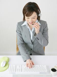 キーボードを打つ日本人ビジネスウーマンの写真素材 [FYI01888852]