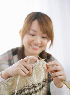 編み物をする女性の写真素材 [FYI01888869]