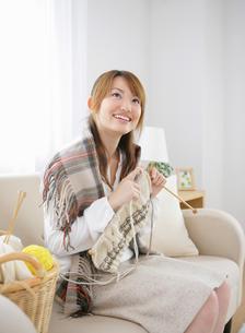 編み物をする女性の写真素材 [FYI01888999]