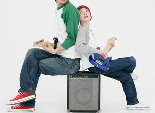 ギターを弾く親子の写真素材 [FYI01889100]