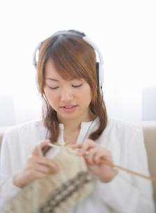 音楽を聴きながら編み物をする女性の写真素材 [FYI01889113]
