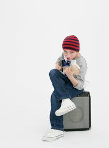 ギターを弾く少年の写真素材 [FYI01889293]