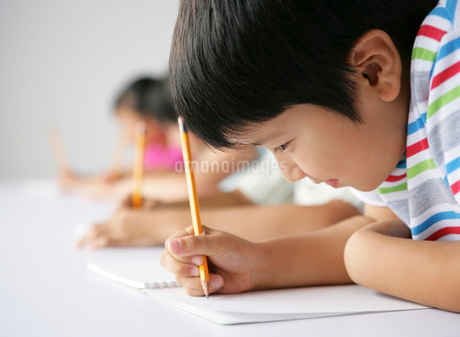 勉強をする子供達の写真素材 [FYI01889348]