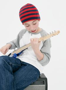 ギターを弾く少年の写真素材 [FYI01889393]