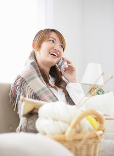 携帯電話で話す女性の写真素材 [FYI01889403]