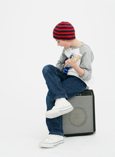 ギターを弾く少年の写真素材 [FYI01889490]