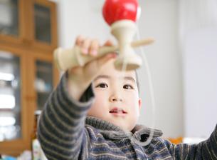 剣玉で遊ぶ少年の写真素材 [FYI01889509]