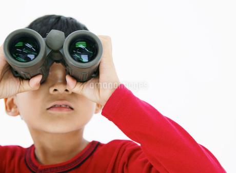 双眼鏡を覗く男の子の写真素材 [FYI01889551]