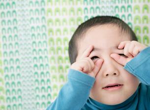 変な顔した少年の写真素材 [FYI01889769]