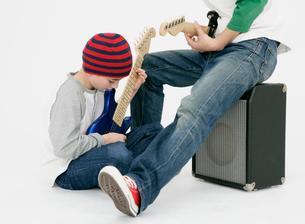 ギターを弾く親子の写真素材 [FYI01889772]