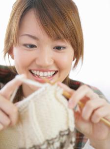 編み物をする女性の写真素材 [FYI01889780]