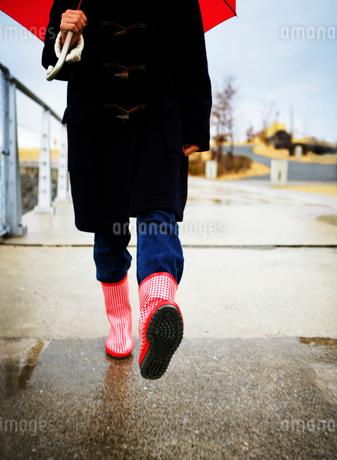 雨降りに歩く女の子の写真素材 [FYI01889789]