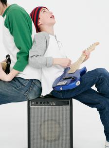 ギターを弾く親子の写真素材 [FYI01889908]