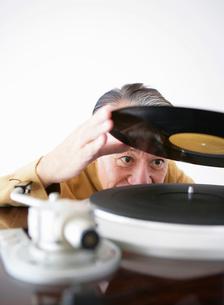 レコードを持つシニア男性の写真素材 [FYI01890162]