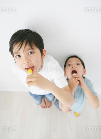 キャンディーをなめる子供の写真素材 [FYI01890266]
