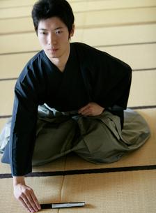畳に扇子を置く若い男性の写真素材 [FYI01890273]