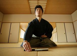日本舞踊の稽古をする若い男性の写真素材 [FYI01890308]