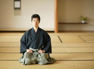 日本舞踊の稽古をする若い男性の写真素材 [FYI01890330]