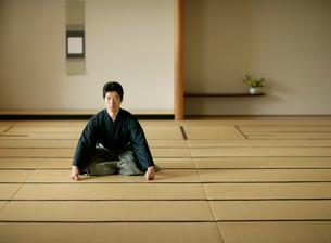 日本舞踊の稽古をする若い男性の写真素材 [FYI01890342]