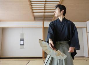 日本舞踊の稽古をする若い男性の写真素材 [FYI01890415]