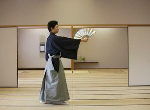 日本舞踊の稽古をする若い男性の写真素材 [FYI01890423]