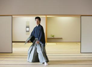 日本舞踊の稽古をする若い男性の写真素材 [FYI01890458]