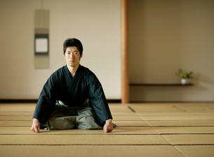 日本舞踊の稽古をする若い男性の写真素材 [FYI01890479]