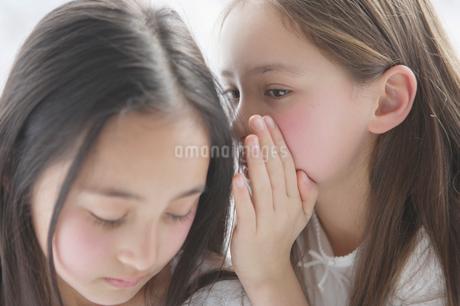 内緒話をする二人の少女の写真素材 [FYI01890583]