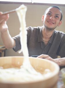 麺をすくう男性の写真素材 [FYI01890598]