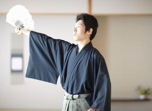 日本舞踊の稽古をする若い男性の写真素材 [FYI01890616]