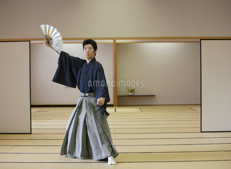 日本舞踊の稽古をする若い男性の写真素材 [FYI01890696]